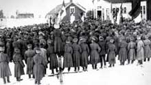 Mars 1917 : meeting de soldats russes en Finlande. La révolution est en marche
