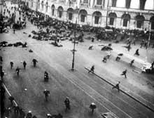 Petrograd, 4 juillet 1917. Dispersion de la foule sur la perspective Nevski après l'ouverture du feu par les troupes du gouvernement provisoire