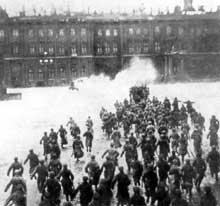 25 octobre, calendrier russe : les Gardes rouges occupent le palais d'hiver à Petrograd. La révolution bolchevique triomphe