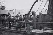Le général Pershing, chef du corps expéditionnaire américain, débarque avec son état major à Boulogne le 13 juin 1917