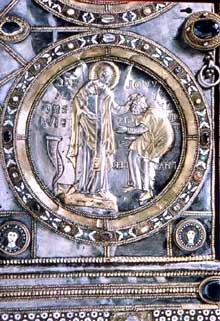 Sant'Ambrogio de Milan: le paliotto de l'autel par Volvinius, détail: Volvinius couronné par saint Ambroise. Art carolingien. IXè