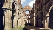L'abbaye cistercienne de San Galgano en Toscane. Vue de l'abbatiale