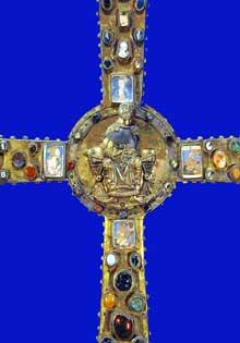 La croix du roi Didier, dernier roi des Lombards (757-774). Cloisonné et pierres précieuses. 127,5 x 99,5 cm. Brescia, Santa Giulia, musée del la Cité