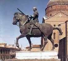 Donato di Niccolo di Betto Bardi, dit Donatello (1386-1466): statue équestre du condottiere Gattamelata (1447-1450). Bronze, 340 x 390 cm). Padoue, piazza del Santo. (Histoire de l'art - Quattrocento