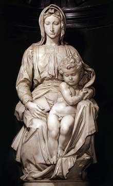 Madone et enfant. 1501-1505. Marbre, 128 cm (avec la base). Bruges, église Notre Dame