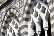 Amalfi: cathédrale saint André, 1266. Détail de l'arcade d'entrée