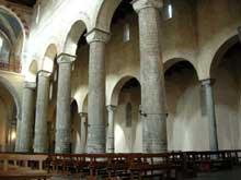 Come: Sant'Abbondio. La nef et le bas côté. Art lombard, XIè