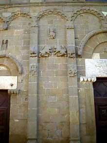 Eglise romane de saint Pantaléon de Dolianova en Sardaigne. Lésènes. 1160-1289