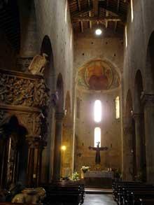 Pistoia: l'église Sant Andrea. La nef, XIIè. A gauche, chaire de Giovanni Pisano