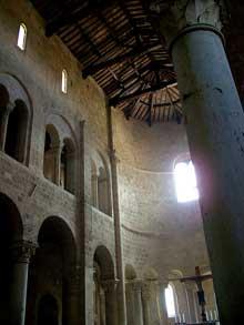 Sant'Antimo en Toscane du Sud. L'abbaye romane du début du XIIè. La nef et l'abside
