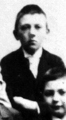Il a 12 ans, et son père, ne venant pas à bout de cet entêté, l'a placé à Linz, en pensionnat