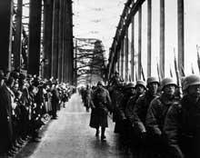 Cologne 1936 : les troupes allemandes occupent la Rhénanie. Ni les Français, ni les Anglais ne bougent