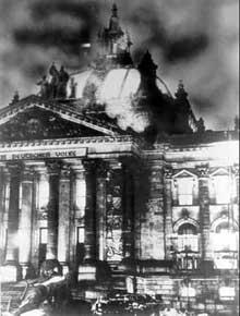 Nuit du 27 au 28 février 1938 : l'incendie du Reichstag. Un coup monté par Göring, que paieront Van der Lubbe et les communistes allemands