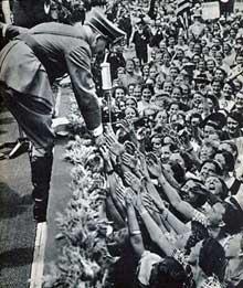 Ce n'est plus un peuple, mais une foule, une masse contrôlée, manipulée et fanatisée