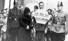 « Je suis un souilleur de la race ! » : traîné en public, cet homme a été accusé d'entretenir des relations avec une juive ou une femme d'une race inférieure… Conséquence immédiate des lois de Nuremberg de 1935