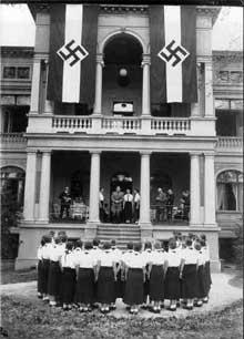 1936 : Baldur Von Schirach inaugure une institution de la BDM, l'équivalent féminin de la <a class=