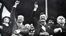 La victoire du Front Populaire mène Léon Blum au pouvoir en France. De gauche à droite : Mme. Blum, Léon Blum (SFIO), Maurice Thorez (PCF), Roger Salengro (SFI). Derrière Blum, roulant une cigarette, Edouard Daladier (Parti Radical)