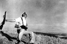 Une des plus célèbres photos de la terrible guerre civile espagnole prise par Robert Capa(1913-1954)