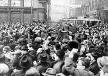Sous les huées de la foule, la Wehrmacht occupe Prague