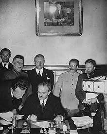 La signature du pacte germano-soviétique : derrière le signataire, Molotov, Ribbentrop et Staline