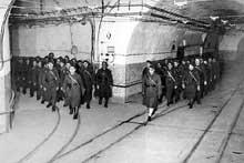Hiver 1939. Soldats dans les galeries souterraines d'un ouvrage de la ligne Maginot