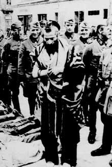 Dès le début de la guerre, les vexations contre les Juifs démarrent de la part des soldats de la Wehrmacht… en attendant la venue des SS