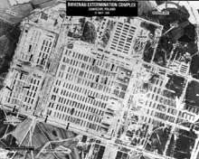 Auschwitz-Birkenau: vue aérienne prise par l'US Air Force. On y indique clairement les colonnes de prisonniers