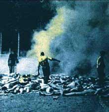 Auschwitz-Birkenau: photo clandestine prise par un membre du Soderkommando: les crématoires ne suffisant plus, on brûle les cadavres à l'extérieur du KV.Détail