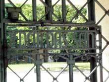 «Jedem das Seine», «A chacun son dû»: entrée du camp de Buchenwald