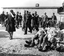Buchenwald : avril 1945 : les civils de Weimar obligés de défiler dans le camp