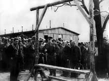 Buchenwald: le général Eisenhower «visite» le camp. Ici, devant une potence