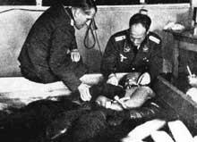 Mauthausen: les terribles expériences du Docteur Rascher, commandées par la Luftwaffe. Ce détenu est en train de mourir dans de l