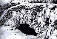 Mauthausen: la carrière et sa falaise de 40m de hauteur. A gauche, l'escalier de la mort