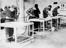 Détenus travaillant à Monowitz dans les usines de l'IG Farben