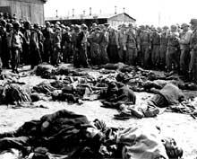 Soldats américains devant un bûcher dans le camp d'Ohrdruf