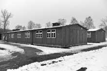 Oranienburg – Sachsenhausen : Il y avait 68 blocks au camp d'Oranienburg-Sachsenhausen disposés en rayon autour de la place d'appel. Ce sont des baraques posées sur un socle en béton. Elles comprennent deux côtés symétriques