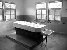 Natzwiller – Struthof: le crématoire: la salle des dissections et la table de dissection