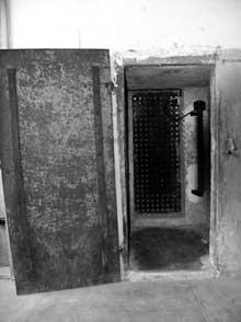 Natzwiller – Struthof: le bunker: les redoutables réduits prévus pour le chauffage, qui en fait servirent de cellule où l'on ne pouvait tenir qu'accroupi..