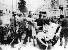 Lvov. Quelques minutes après avoir été filmés puis exécutés, les juifs sont emmenés sur une charrette à bras