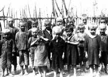 Quelque part en Lituanie: groupe d'enfants juifs. Ils vont dans quelques instants être massacrés