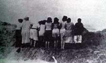 Liepaja-Libau (Lituanie): au bord de la fosse, ce groupe de femmes et d'enfants attendent l'exécution