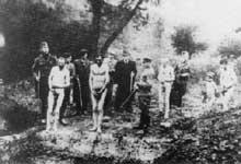 Devant la fosse, quelque part en URSS, ces hommes et ce petit garçon attendent l'instant fatal