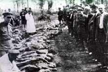 Région de Tarnopol, Ukraine: excavation d'une fosse commune par les Soviétiques, 1944-1945