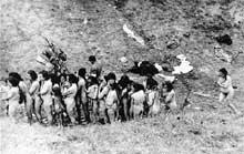 L'attente mortelle des femmes et des enfants nus du ghetto de Mizocz avant leur exécution