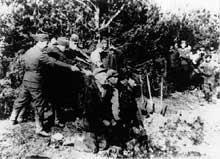 1941, Kovno (Kaunas) en Lituanie: exécution de Juifs
