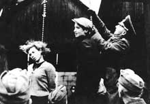 Minsk, 6 septembre 1941. La jeune fille morte, un jeune homme est pendu