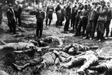 Slarow, Union Soviétique, le 4 juillet 1941. Les hommes à gauche sont des «Allemands ethniques» qui prêtent main forte au bataillon EG