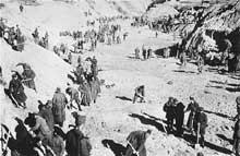 Babi Yar 1943: prisonniers de guerre soviétiques obligés d'exhumer les cadavres des victimes du massacre et de les brûler