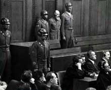 Paul Blobel (1894-1951), commandant du Sonderkommando4a de l'EinsatzgruppeC puis responsable de l'opération 1005, lors du Procès des Einsatzgruppen devant le Tribunal Américain (appelé « Tribunal II ») à Nuremberg, 1948