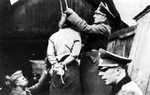 Minsk, 6 septembre 1941. Pendaison d'une jeune fille. On raconte que les SS faisaient des concours de photos pour saisir le moment fatal